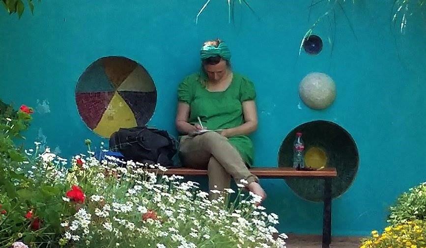 Roswitha-schreibt-in-Hellers-Garten